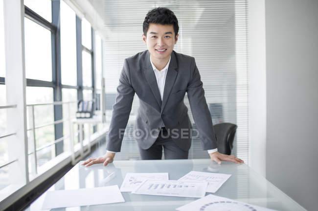 Homme d'affaires chinois au lieu de travail au bureau — Photo de stock