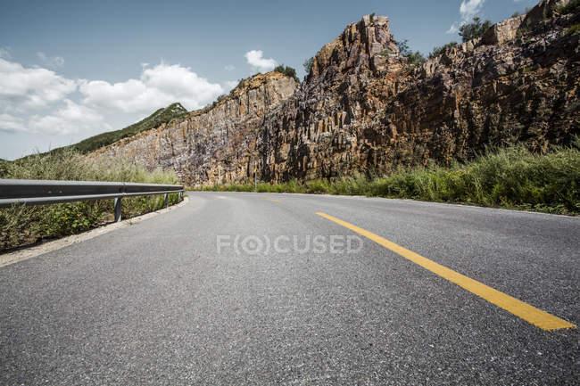 Мальовничий вид на гори дорога в Китаї — стокове фото