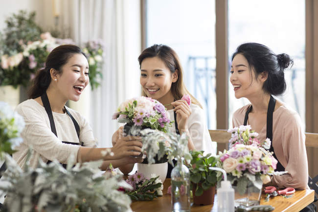 Asiatico donne learning flower disposizione — Foto stock