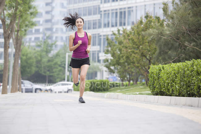 Китаянка бежит по улице — стоковое фото