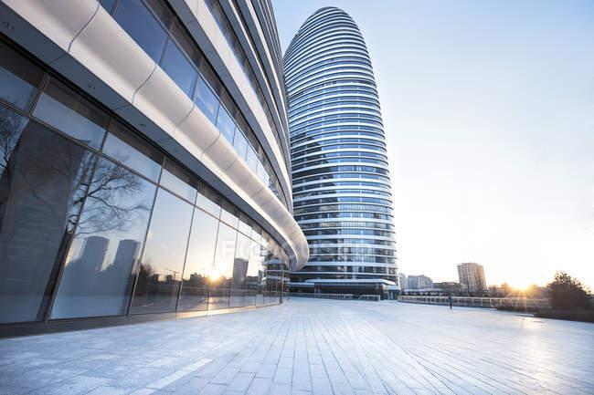 Teilansicht eines zeitgenössischen Wolkenkratzergebäudes in Wangjing, Beijing, China — Stockfoto