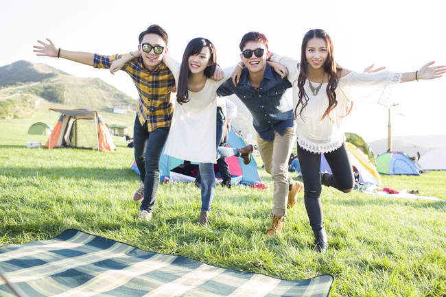 Amis chinois posant au festival de musique camping — Photo de stock