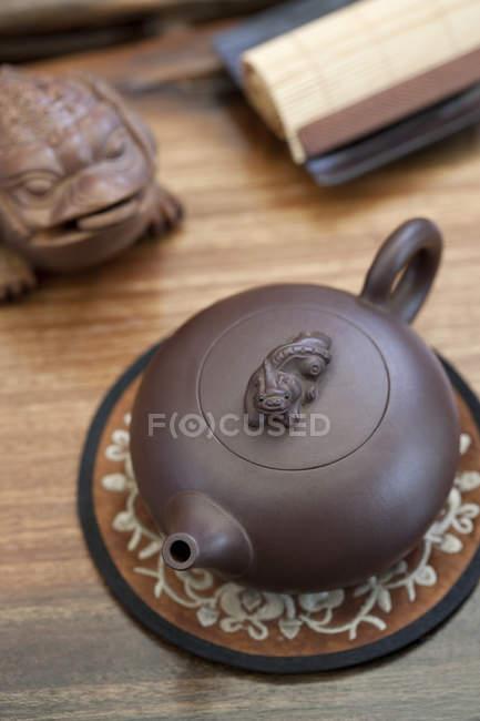 Китайський boccaro чайник і жаба статуя на стіл — стокове фото