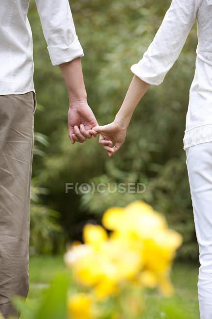 Ansicht des Paares hält Little Finger abgeschnitten — Stockfoto