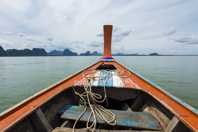 Boat sailing in sea with mountains in distance — Stock Photo