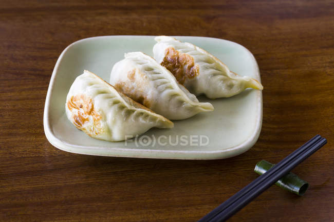 Raviolis frits chinois traditionnels — Photo de stock