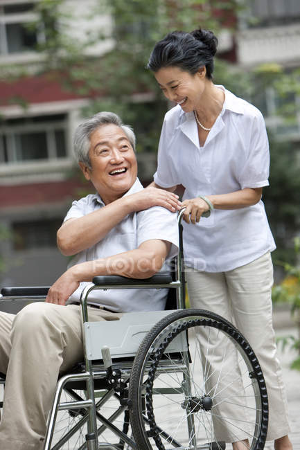 Старший китаец в инвалидной коляске со зрелой женой — стоковое фото