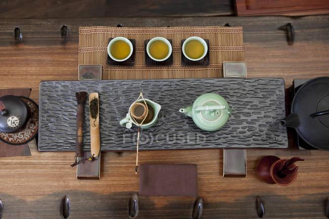 Haut de la page vue d'ensemble de thé chinois traditionnel en salon de thé — Photo de stock