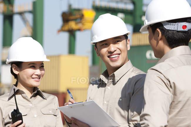 Trabalhadores da indústria naval chinesa no trabalho com área de transferência — Fotografia de Stock