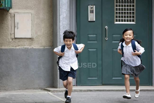 Китайські діти запуску з будівлі школи — стокове фото