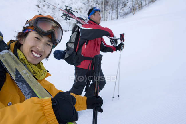 Chinese skiers hiking in snow-capped mountains — Stock Photo