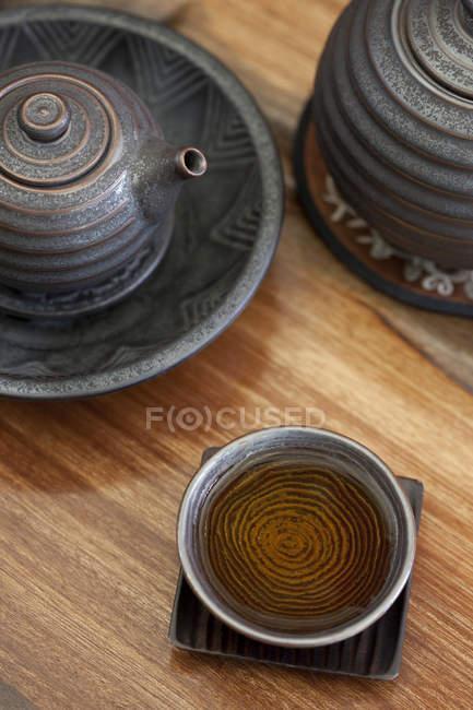 Gros plan de la tasse de thé et théière chinoise — Photo de stock