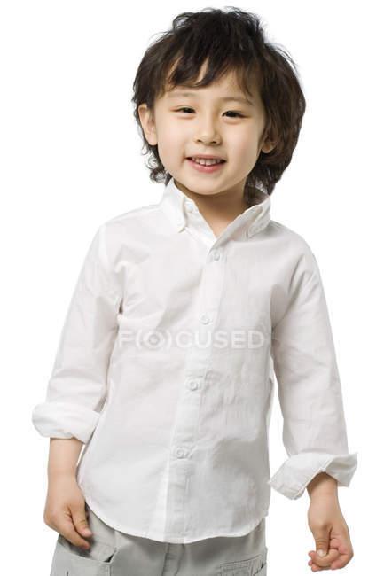 Портрет маленького азиатского мальчика на белом фоне — стоковое фото
