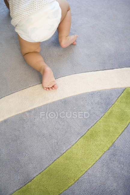 Малюкової ноги на килим з візерунком вишикувалися — стокове фото