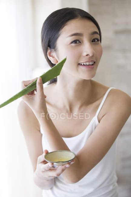 Chinesische Frau Anwendung natürlicher Aloe Vera Feuchtigkeitscreme — Stockfoto