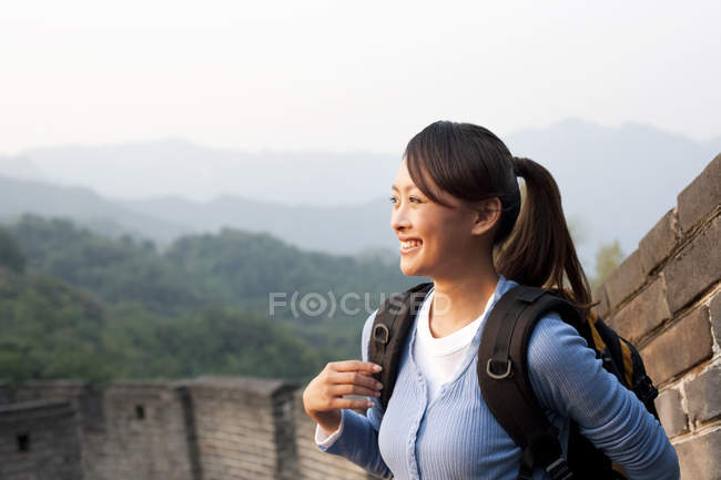 Chinese woman with backpack looking at view on Great Wall — Stock Photo