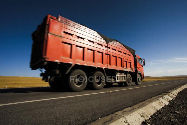 Camion sur l'autoroute dans la province de Qinghai, Chine — Photo de stock