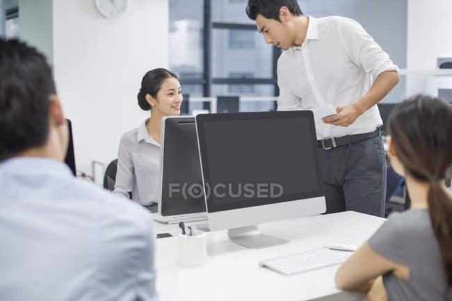 Китайский бизнес люди говорят в офисе — стоковое фото