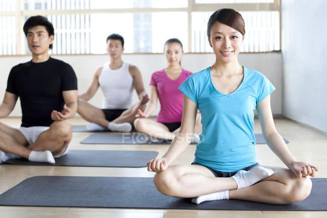 Китаянка в классе йоги в скрещенном положении — стоковое фото
