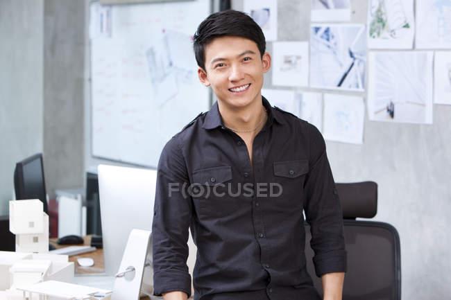 Retrato do arquiteto chinês no escritório — Fotografia de Stock
