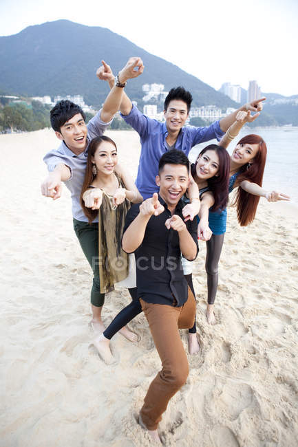 Excited young Chinese friends posing on beach of Repulse Bay, Hong Kong — Stock Photo