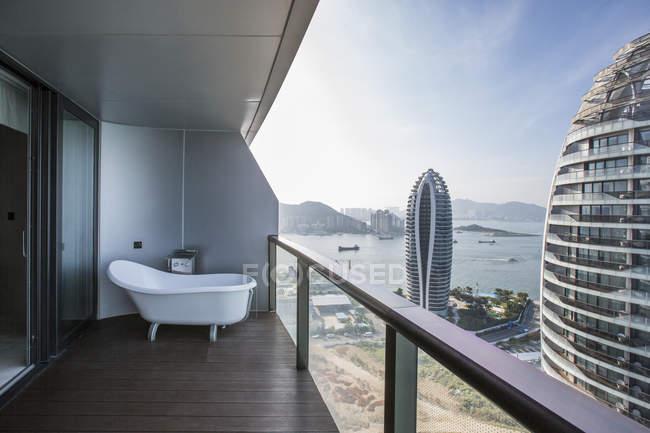 Вид с балкона ванной комнаты на курорте в Китае — стоковое фото