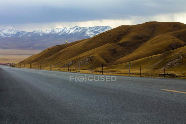 Дороги, що йде через гори Qilian в провінції Цинхай, Китай — стокове фото