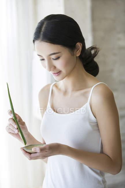 Chinesische Frau mischt natürliche Aloe Vera Kosmetik — Stockfoto