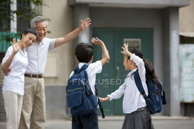 Китайские школьники машут бабушке и дедушке — стоковое фото