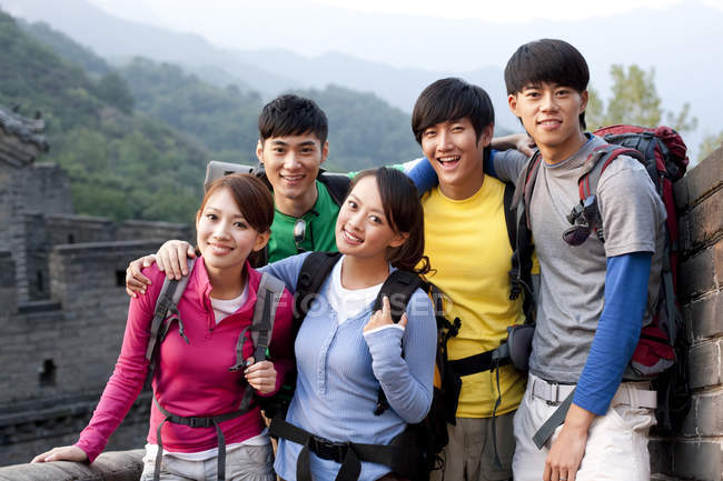 Chinese friends with backpacks posing on Great Wall — Stock Photo