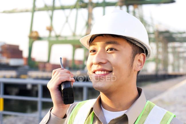 Китайский судостроитель использует рацию — стоковое фото