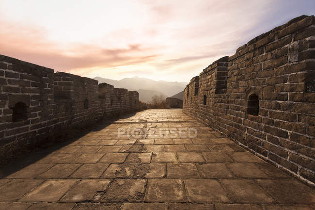 Scenic view of Great Wall of China on sunset — Stock Photo