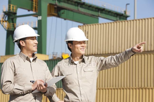 Чоловічий китайський судноплавство промисловості працівників вказуючи і писати на лаві підсудних — стокове фото
