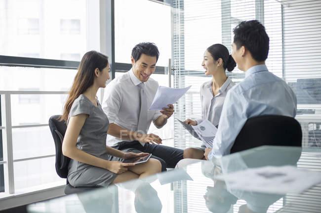 Gli uomini d'affari cinesi discutono di lavoro in riunione — Foto stock