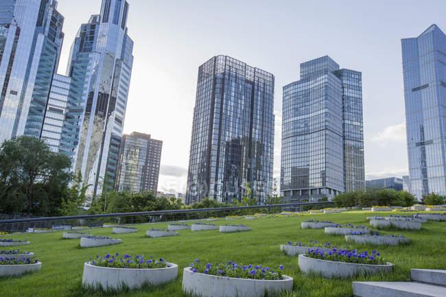 Edifici moderni e area verde a Pechino, Cina — Foto stock