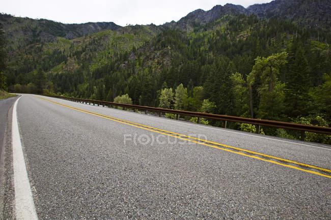 Вид на шосе дорога через гори з лісу — стокове фото