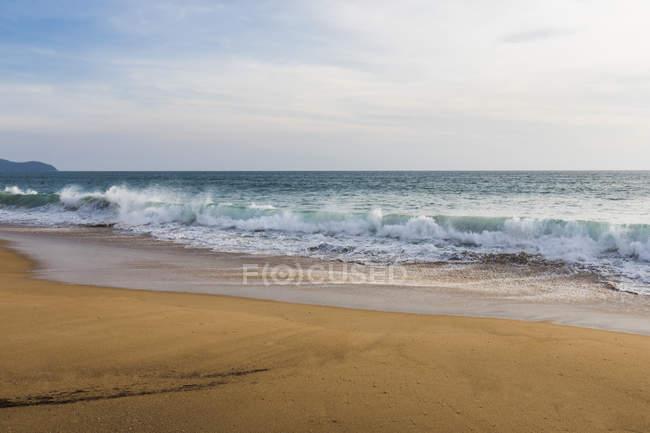 Scène côtière de plage et marée de mer en Thaïlande — Photo de stock