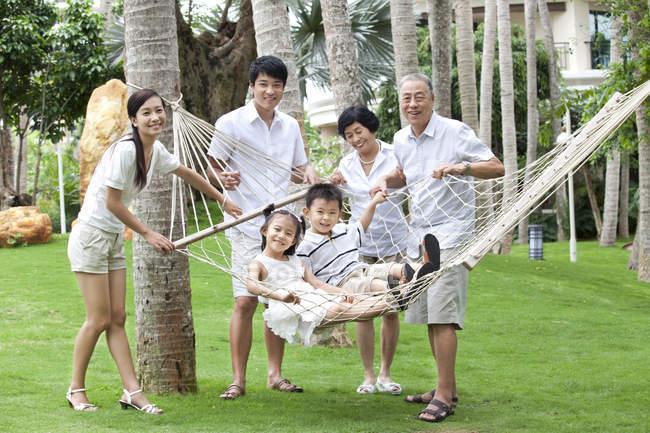 Famiglia cinese multi-generazione in posa in amaca — Foto stock