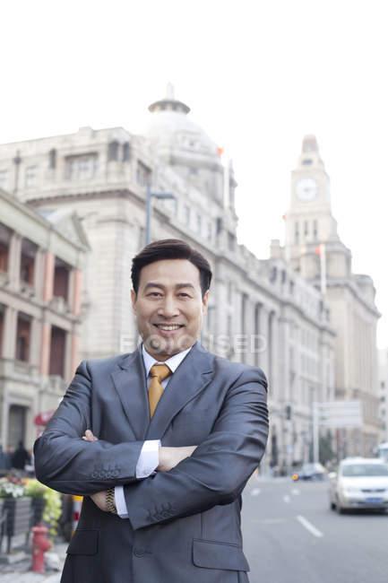Ritratto di un uomo d'affari cinese nel distretto finanziario — Foto stock