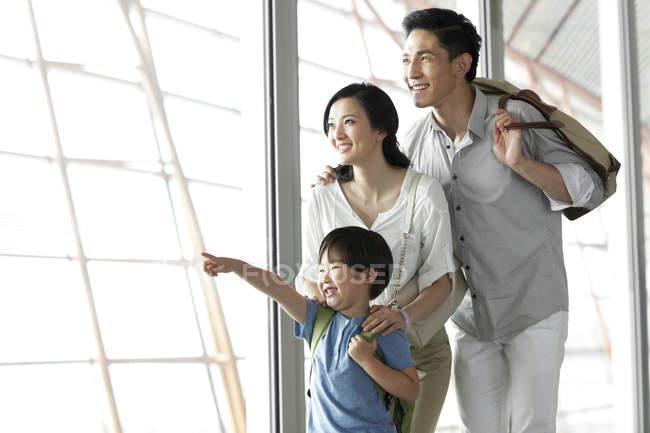 Famiglia cinese che punta in vista all'aeroporto — Foto stock