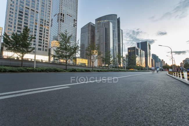 Cena urbana de estrada e arquitetura moderna de Pequim, China — Fotografia de Stock