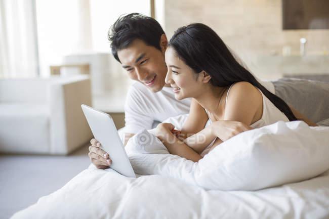 Le Cinesi A Letto.Coppie Cinesi Utilizzando La Tavoletta Digitale Nel Letto