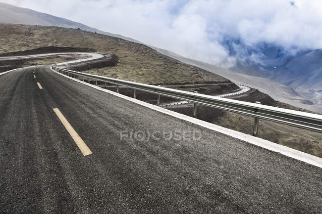Road in mountains with hairpin curve in Tibet, China — Stock Photo