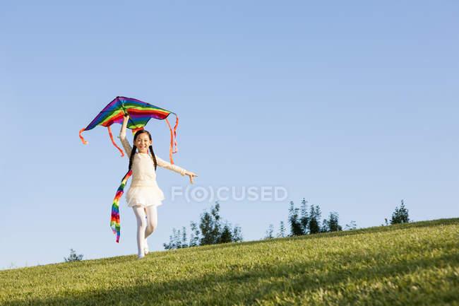 Китайская маленькая девочка летит воздушным змеем в парке — стоковое фото