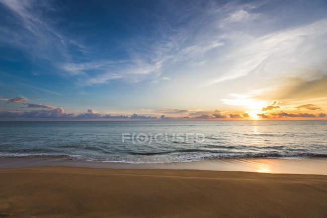 Escénico amanecer sobre el mar en Tailandia - foto de stock