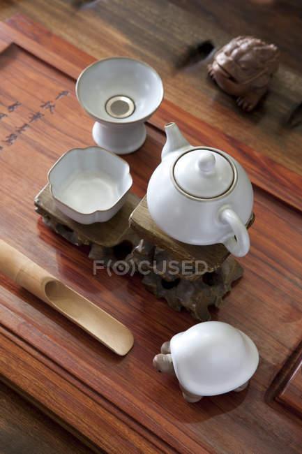 Klassische chinesische Tee-Set mit Dekorationen auf Tisch — Stockfoto