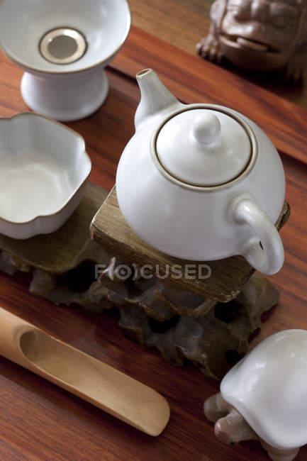 Juego de té chino clásico con adornos de mesa, primer plano - foto de stock