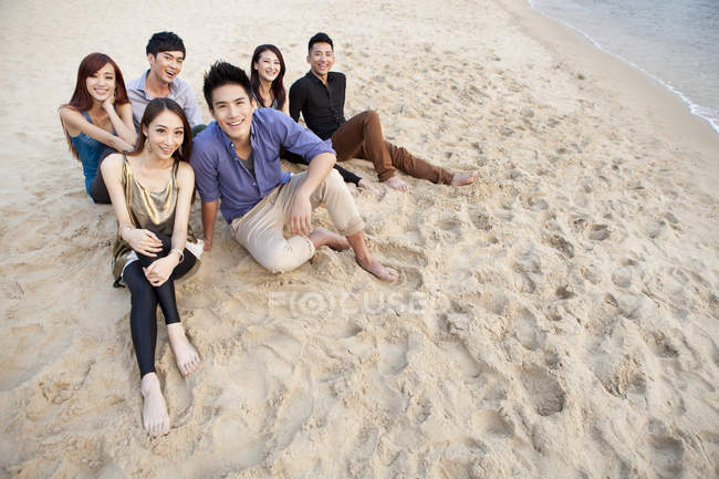 Group of Chinese friends sitting on beach in Repulse Bay, Hong Kong — Stock Photo