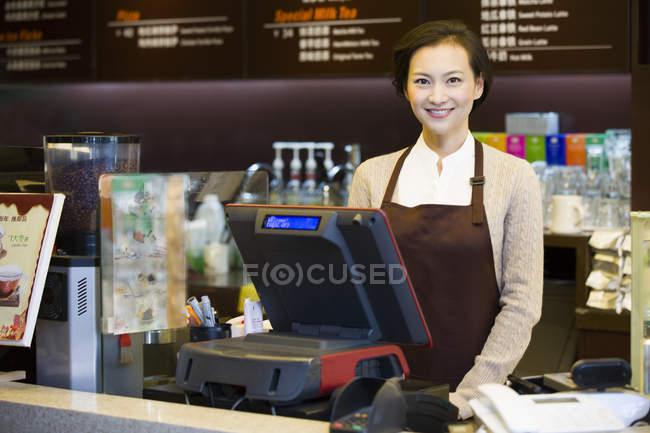 Китайський кави магазин офіціантка стоячи на касовий апарат — стокове фото