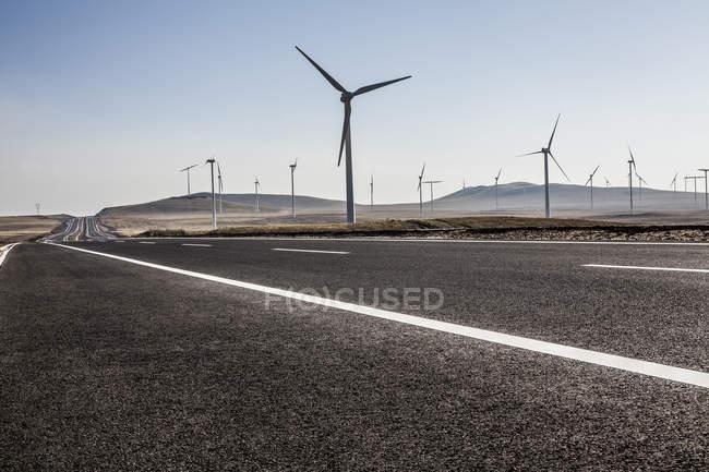 Autobahn und Windmühlen in der chinesischen Provinz Innere Mongolei — Stockfoto